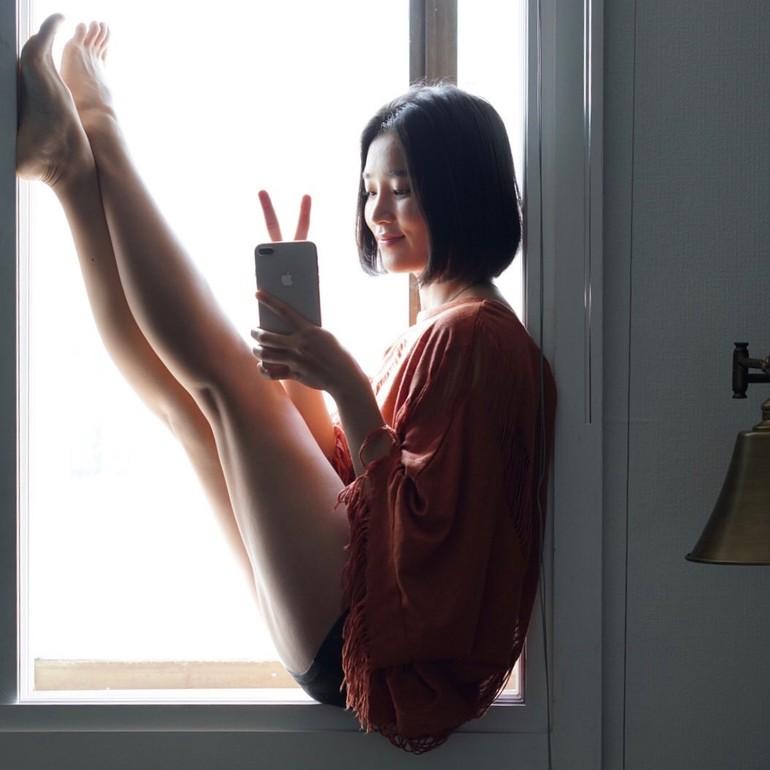 Di Instagram wanita cantik tersebut sering memamerkan tubuhnya yang fleksibel. Sebagai instruktur yoga, ia pun mampu melakukan gerakan-gerakan sulit yang membuat banyak orang semakin terpesona. Foto: Instagram @yuju_connect