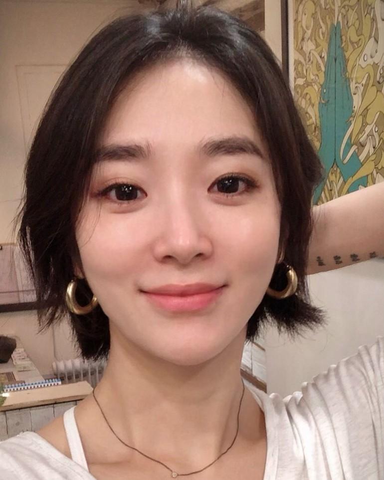 Para netizen pun sering salah fokus dengan wajahnya menawan. Ketika tidak makeup, Lee Yuju tampak punya wajah yang imut. Foto: Instagram @yuju_connect