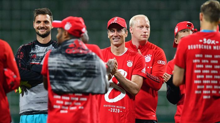 BREMEN, GERMANY - JUNE 16: Robert Lewandowski of Bayern Munich wears a shirt and cap in celebration of securing the Bundesliga title following their victory in the Bundesliga match between SV Werder Bremen and FC Bayern Muenchen at Wohninvest Weserstadion on June 16, 2020 in Bremen, Germany. (Photo by Stuart Franklin/Getty Images)