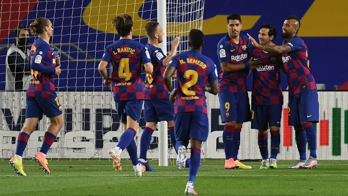 BARCELONA, SPAIN - JUNE 16: Lionel Messi of Barcelona celebrates with his team after scoring his teams second goal from the penalty spot during the Liga match between FC Barcelona and CD Leganes at Camp Nou on June 16, 2020 in Barcelona, Spain. (Photo by Alex Caparros/Getty Images)