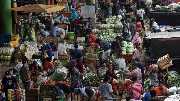Suasana aktivitas jual beli di Pasar Induk Kramat Jati, Jakarta, Minggu (14/6/2020). Anggota Tim Komunikasi Publik Gugus Tugas Percepatan Penanganan COVID-19 Reisa Broto Asmoro mengatakan pasar tradisional rentan menjadi tempat penularan COVID-19 salah satunya akibat sarana pencegahan yang dinilai belum memadai. Data Ikatan Pedagang Pasar Indonesia (IKAPPI) mencatat lebih dari 400 pedagang di 93 pasar terinfeksi virus corona. ANTARA FOTO/Indrianto Eko Suwarso/aww.