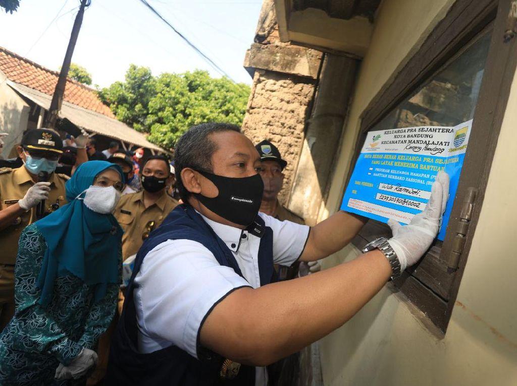 Rumah Penerima Bansos di Bandung Dipasangi Stiker Keluarga Pra Sejahtera