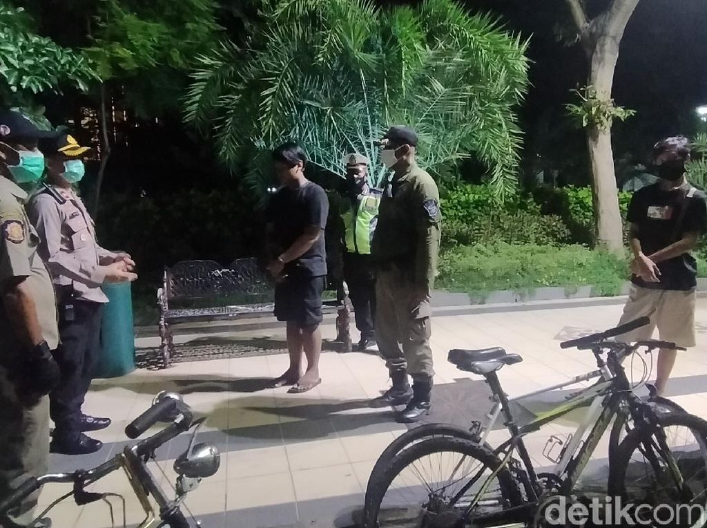 Patroli Kerumunan Malam di Surabaya, Polisi Ingatkan Physical Distancing