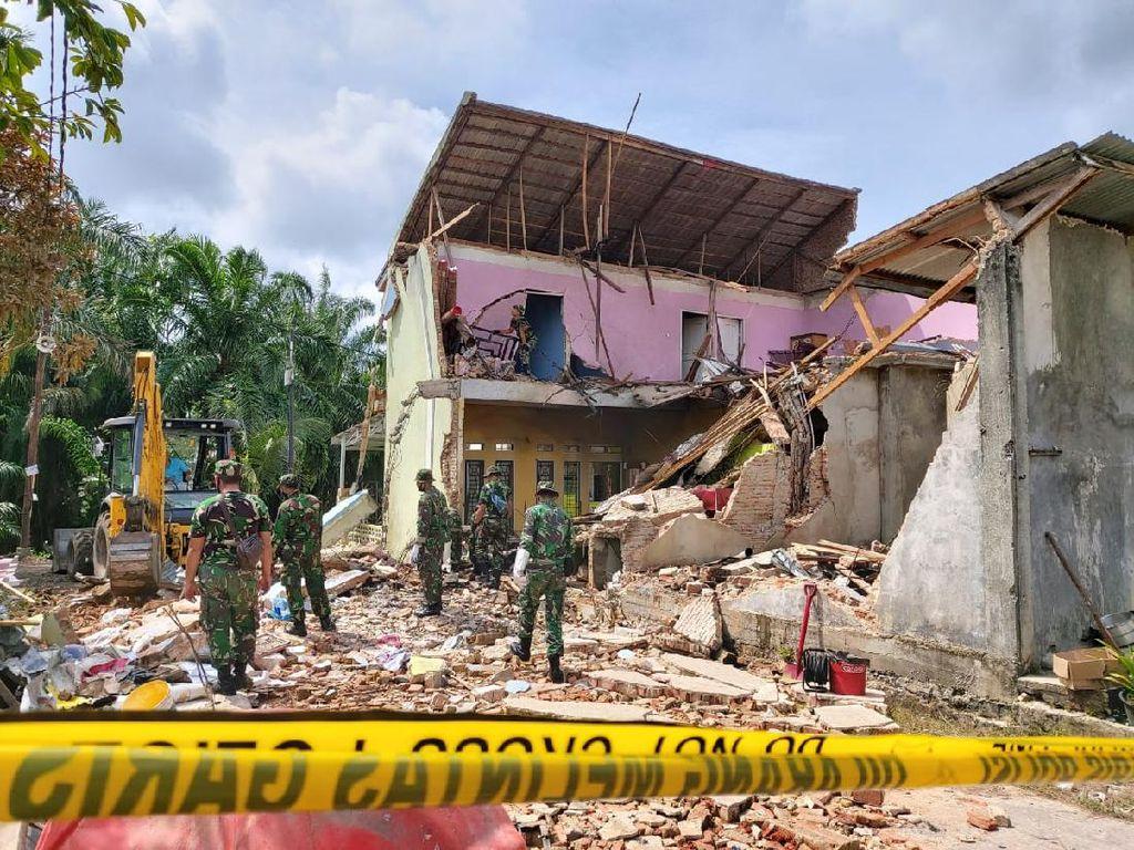 TNI Mulai Bersihkan Reruntuhan Rumah Akibat Pesawat Tempur Jatuh di Riau