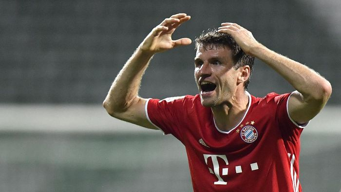 Bayerns Thomas Mueller reacts after a missed scoring opportunity during the German Bundesliga soccer match between Werder Bremen and Bayern Munich in Bremen, Germany, Tuesday, June 16, 2020. Because of the coronavirus outbreak all soccer matches of the German Bundesliga take place without spectators. (AP Photo/Martin Meissner, Pool)