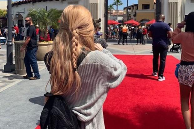 Rosé BLACKPINK cantik dengan rambut panjang dikepang sebagian