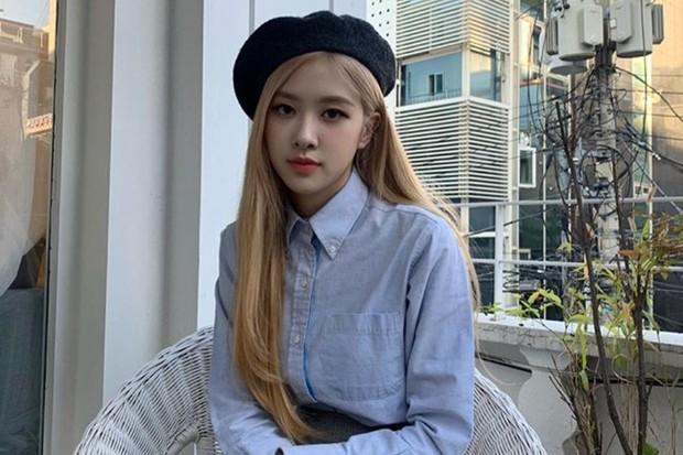 Rosé BLACKPINK cantik dengan rambut panjang yang dilengkapi topi baret