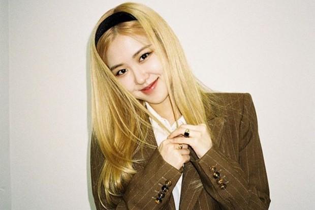 Rosé BLACKPINK cantik dengan rambut panjang yang dilengkapi bandana