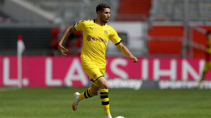 DUESSELDORF, GERMANY - JUNE 13: Achraf Hakimi of Dortmund runs with the ball during the Bundesliga match between Fortuna Duesseldorf and Borussia Dortmund at Merkur Spiel-Arena on June 13, 2020 in Duesseldorf, Germany. (Photo by Lars Baron/Getty Images)