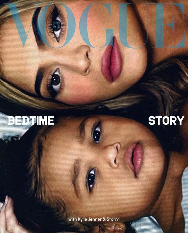 Dalam pemotretan virtual untuk sampul majalah Vogue Cekoslowakia, Kylie Jenner juga tampil bersama sang putri, Stormi Webster.