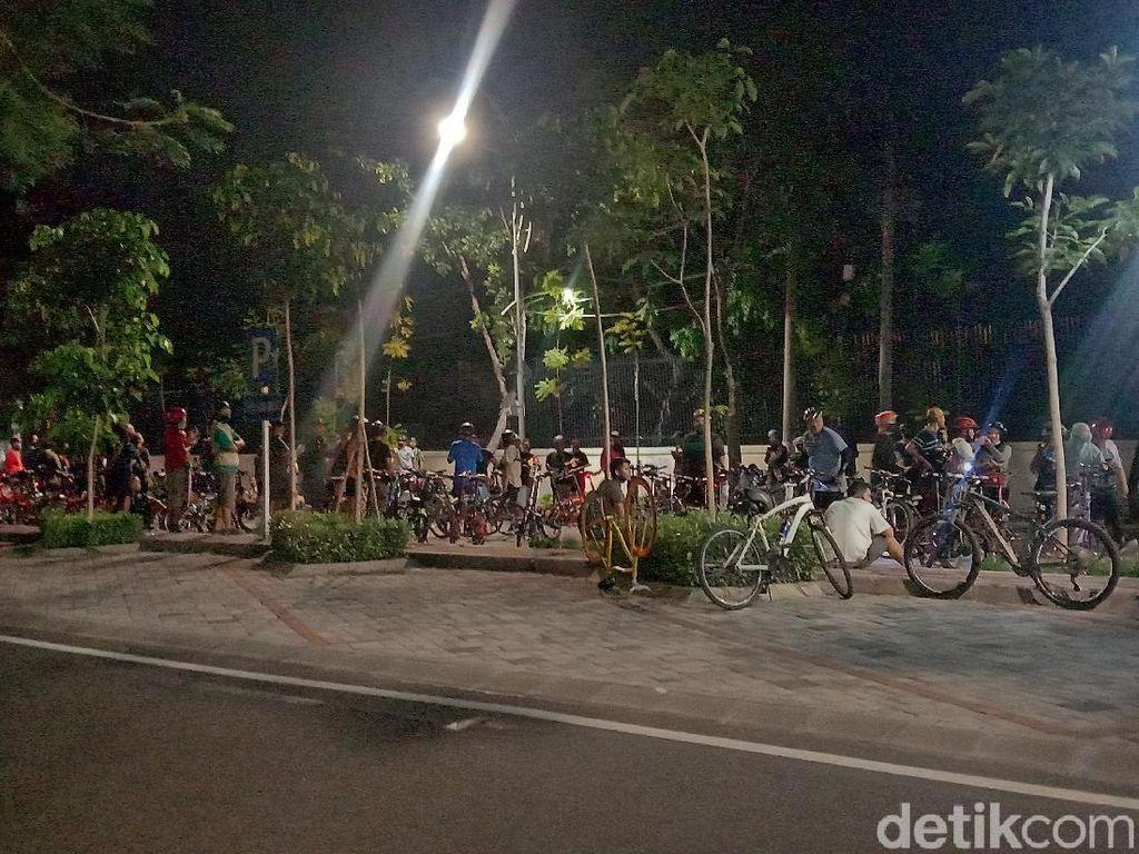 Ratusan Pesepeda Malam di Surabaya Abaikan Physical Distancing