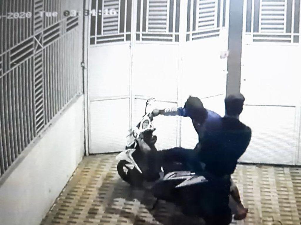 Terekam CCTV, Dua Pencuri di Jambi Gasak Motor Milik Notaris