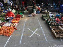 Pedagang Pasar Perumnas Klender Terapkan Jaga Jarak