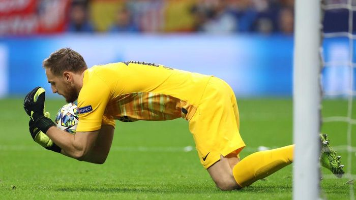 MADRID, SPAIN - SEPTEMBER 18: Jan Oblak of Atletico Madrid makes a save during the UEFA Champions League group D match between Atletico Madrid and Juventus at Wanda Metropolitano on September 18, 2019 in Madrid, Spain. (Photo by Angel Martinez/Getty Images)