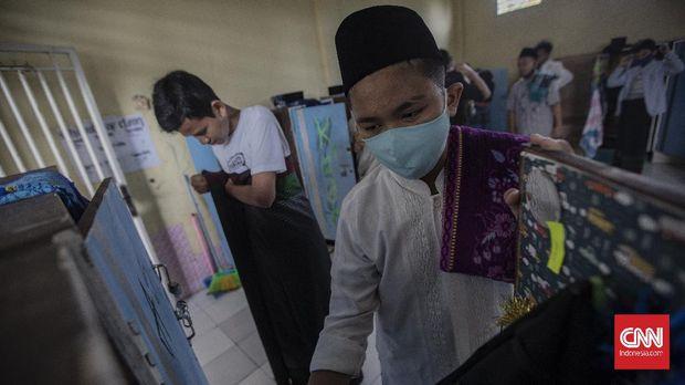 Aktivitas santri di Pondok Pesantren An Nuqthah, Kota Tangerang, Banten, Kamis, 18 Juni 2020. Pondok pesantren An Nuqthah kembali melaksanakan aktivitas setelah libur panjang akibat COVID-19 dengan menerapkan protokol kesehatan dan pengecekan kesehatan bagi santri yang baru tiba. CNN Indonesia/Bisma Septalisma