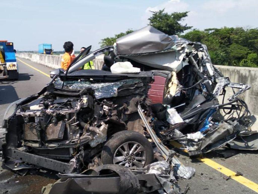 Mobil Seruduk Truk Tronton di Tol Pemalang, 2 Penumpang Tewas