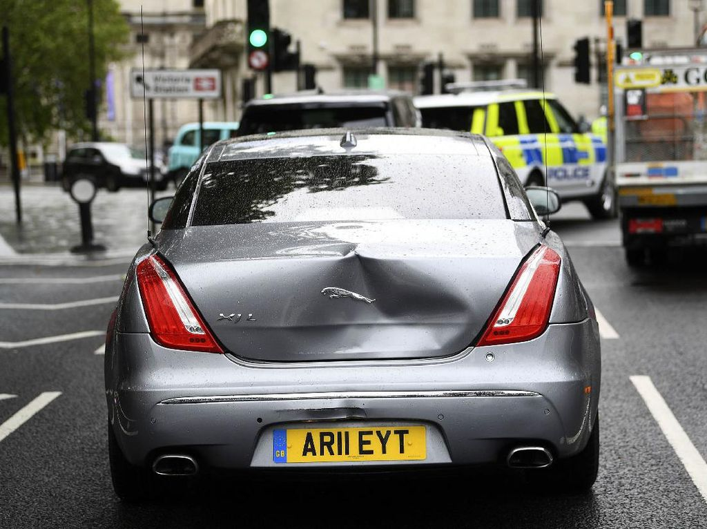 Ditabrak dari Belakang, Mobil Mewah PM Inggris Penyok!