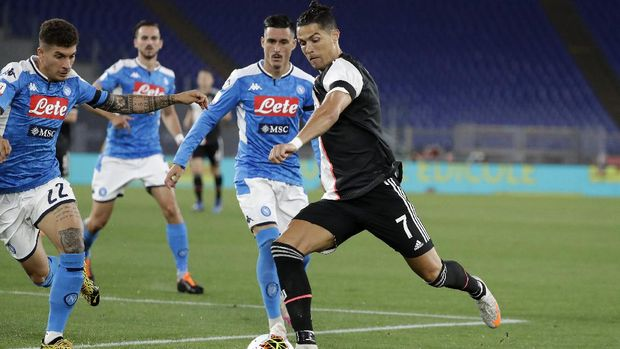 Juventus' Cristiano Ronaldo, right, challenges for the ball with Napoli's Giovanni Di Lorenzo during the Italian Cup soccer final match between Napoli and Juventus, at Rome's Olympic Stadium, Wednesday, June 17, 2020. (AP Photo/Andrew Medichini)