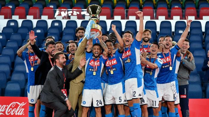 ROME, ITALY - JUNE 17:  SSC Napolis players celebrating the winning of the Coppa Italia before the Coppa Italia Final match between Juventus and SSC Napoli at Olimpico Stadium on June 17, 2020 in Rome, Italy.  (Photo by Marco Rosi/Getty Images)