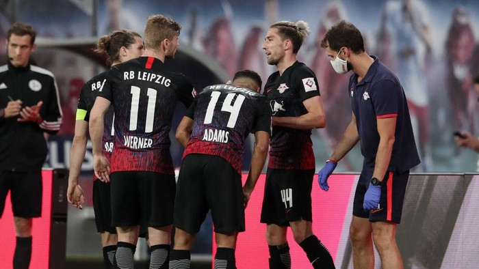 LEIPZIG, GERMANY - JUNE 17:  Kevin Kampl of RB Leipzig celebrates with teammates after scoring his teams first goal during the Bundesliga match between RB Leipzig and Fortuna Duesseldorf at Red Bull Arena on June 17, 2020 in Leipzig, Germany. (Photo by Alexander Hassenstein/Getty Images)