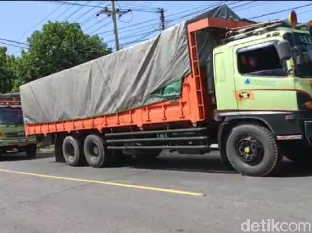 Sopir Mogok Protes Biaya Rapid Test Mahal, Antrean Truk Mengular 2 Km
