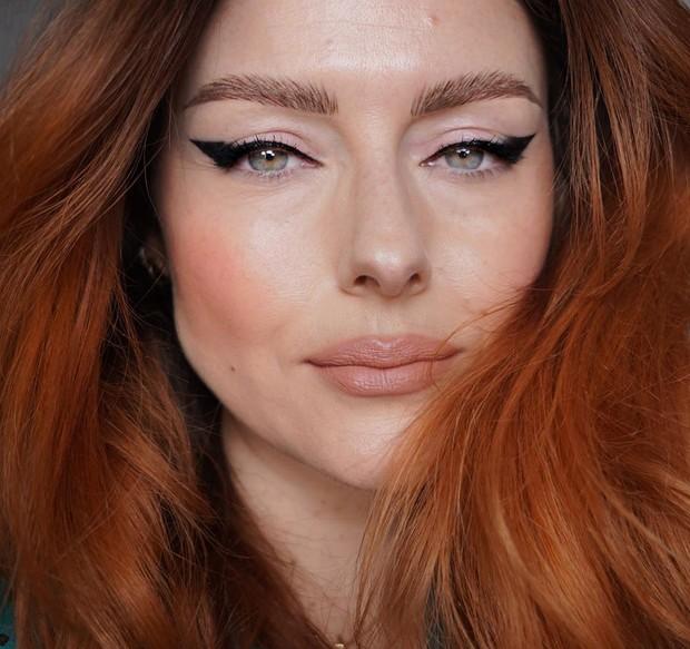 Membuat extra liner bahkan smudgy liner dengan eyeliner.