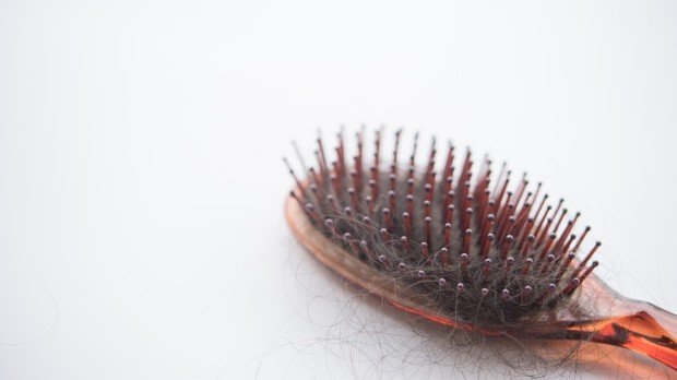 Sebagian sisir yang memiliki sikat rapat cenderung menyebabkan rambut menjadi lebih rapuh dan mudah rontok.