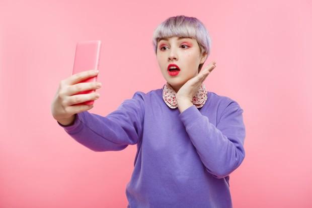 Hobi selfi dapat menyebabkan bahaya psikologis seperti kecanduan.
