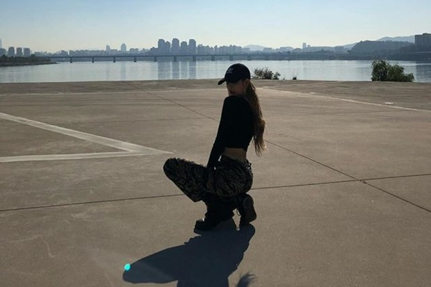 Lisa BLACKPINK dengan pose duduk sexy
