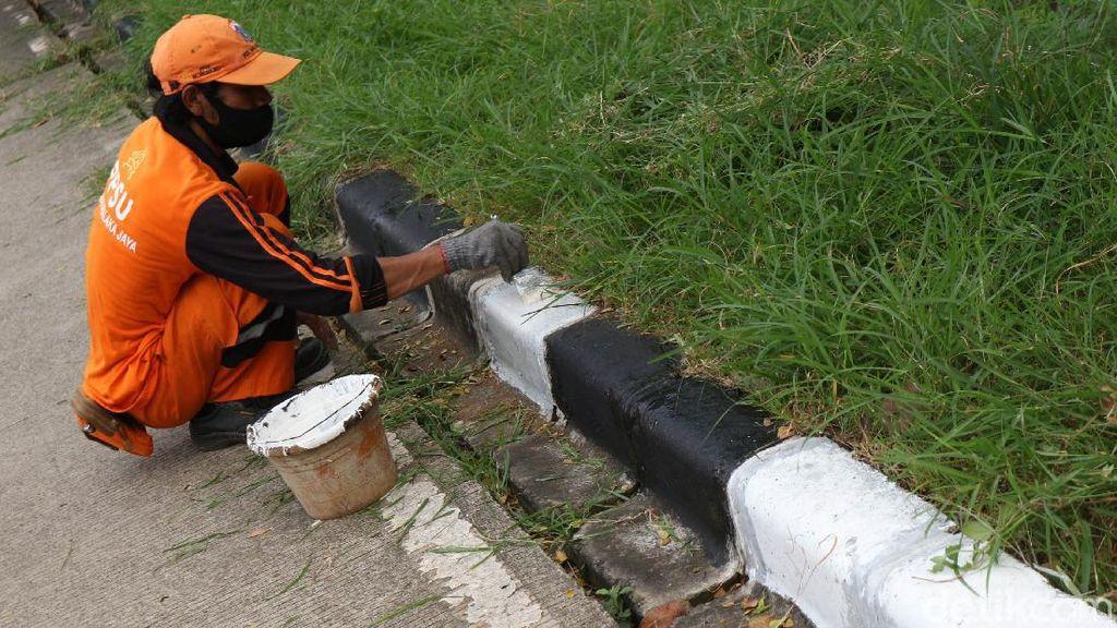 Aksi Pasukan Oranye Percantik Jalan Inspeksi KBT