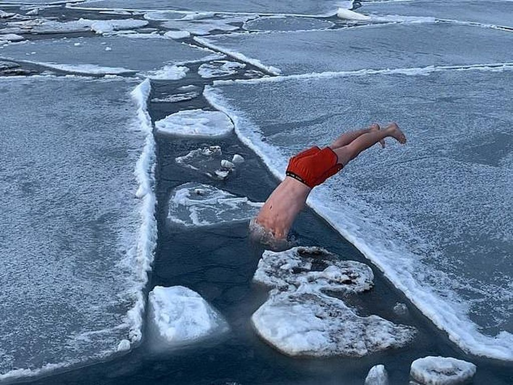 Cuma Pakai Celana Pendek, Pria Ini Asyik Renang di Lautan Es