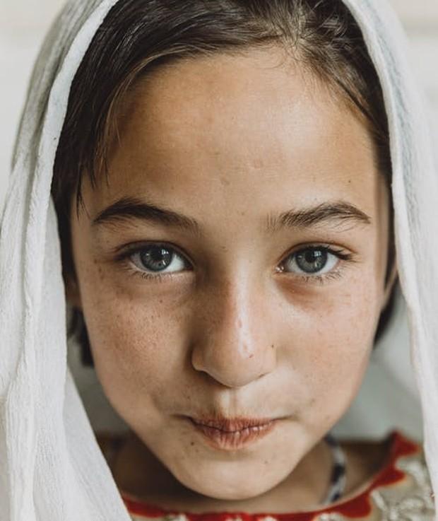Wajah seorang anak remaja sedang tersenyum.