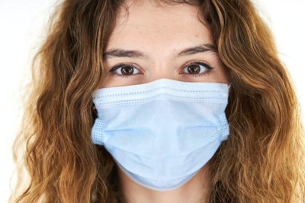 Penggunaan masker dalam jangka lama dapat menimbulkan permasalahan kulit seperti jerawat dan iritasi.