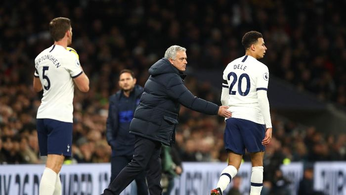 LONDON, ENGLAND - DECEMBER 22: Dele Alli of Tottenham Hotspur and Jose Mourinho, Manager of Tottenham Hotspur  during the Premier League match between Tottenham Hotspur and Chelsea FC at Tottenham Hotspur Stadium on December 22, 2019 in London, United Kingdom. (Photo by Julian Finney/Getty Images)
