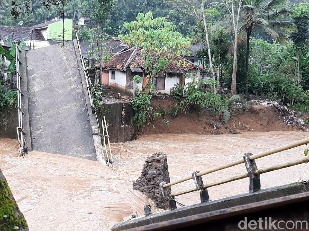 Jembatan Cayur Tasikmalaya Putus Diterjang Banjir Bandang
