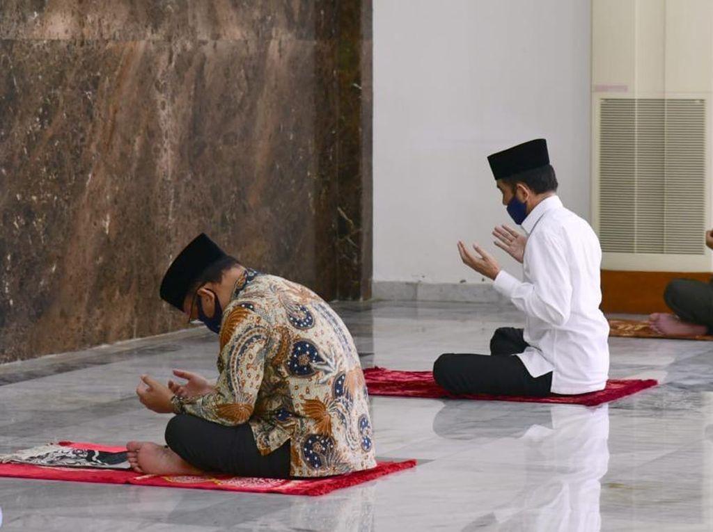 Didampingi Mensesneg, Jokowi Salat Jumat di Masjid Istana Bogor