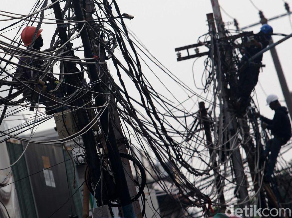 Begini Semrawutnya Jaringan Kabel di Kebayoran Lama