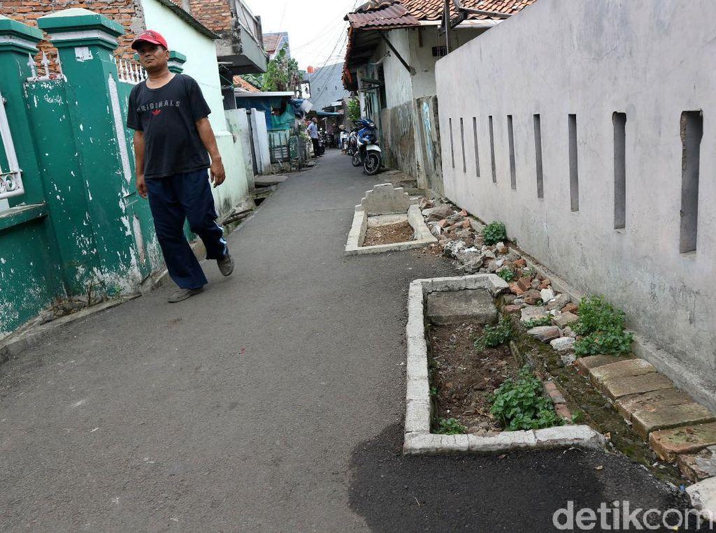 Seram! Ada Makam di Jalanan Gang Padat Penduduk di Jaktim