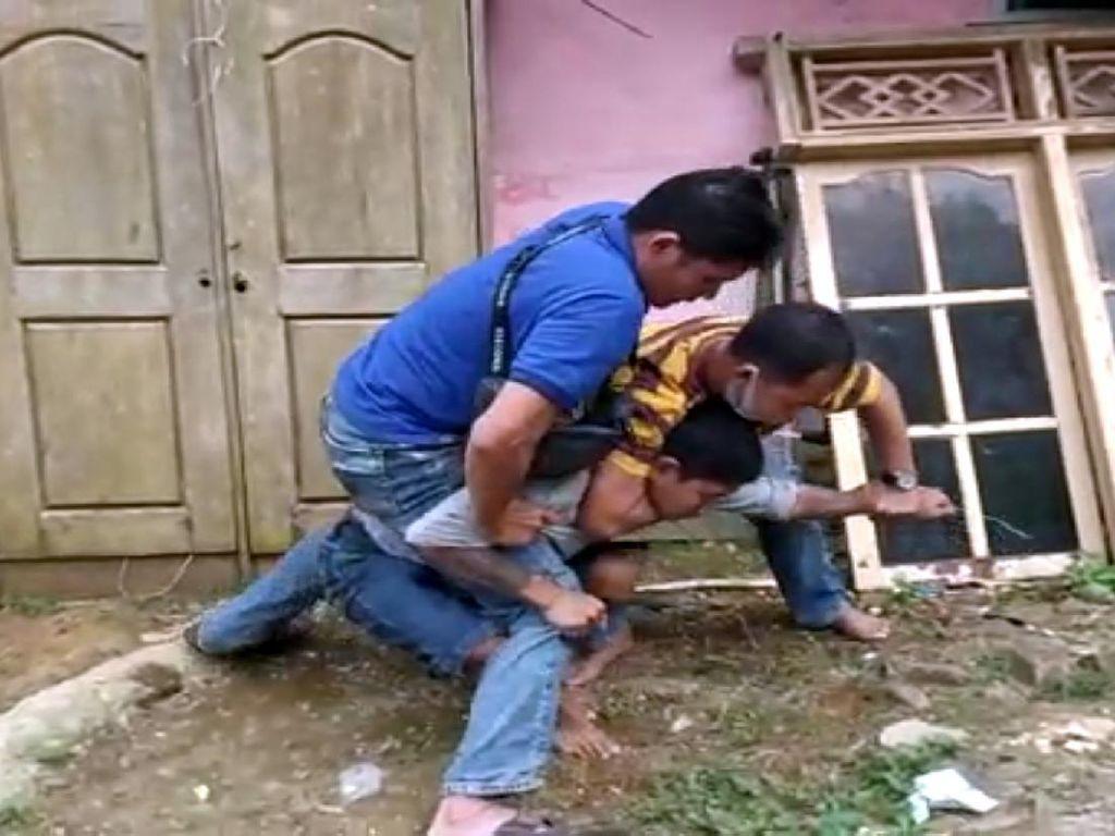 Penjahat Kambuhan Baku Hantam dengan Polisi di Sukabumi