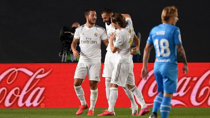 MADRID, SPAIN - JUNE 18:  Karim Benzema of Real Madrid CF is congratulated by team mates Eden Hazard and Luka Modrić after scoring the opening goal during the Liga match between Real Madrid CF and Valencia CF at Estadio Alfredo Di Stefano on June 18, 2020 in Madrid, Spain. (Photo by Denis Doyle/Getty Images)