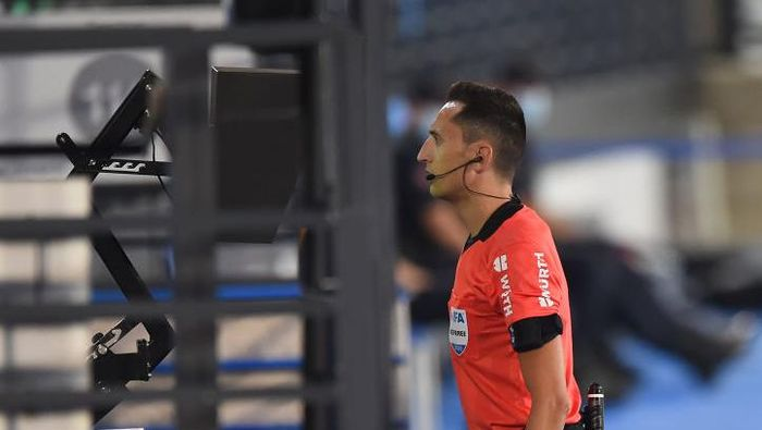 MADRID, SPAIN - JUNE 18:  Referee José María Sánchez Martínez denies the goal of Rodrigo Moreno of Valencia CF after a VAR ruling during the Liga match between Real Madrid CF and Valencia CF at Estadio Alfredo Di Stefano on June 18, 2020 in Madrid, Spain. (Photo by Denis Doyle/Getty Images)