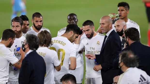 Real Madrid's head coach Zinedine Zidane talks with his players during the Spanish La Liga soccer match between Real Madrid and Valencia at Alfredo di Stefano stadium in Madrid, Spain, Thursday, June 18, 2020. (AP Photo/Manu Fernandez)