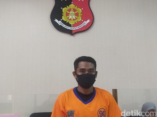 Polisi mengungkap kasus suami jual istri di Surabaya. Sang suami menawarkan istrinya lewat Facebook.