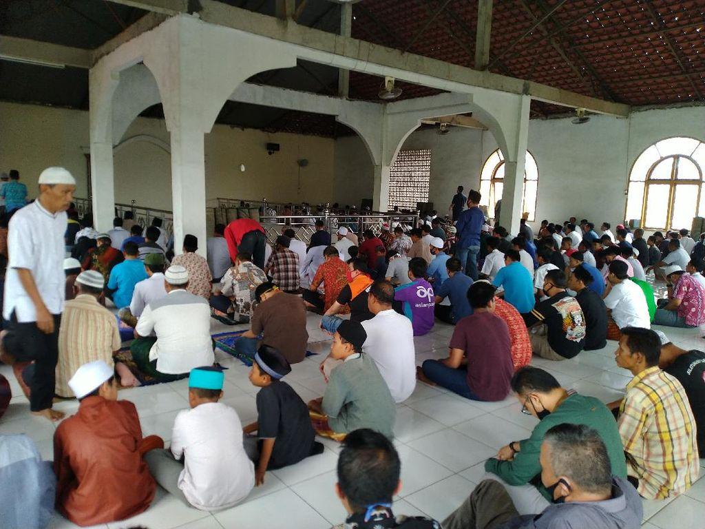 Gelar Salat Jumat 1 Gelombang, Begini Suasana Masjid di Cibinong Bogor