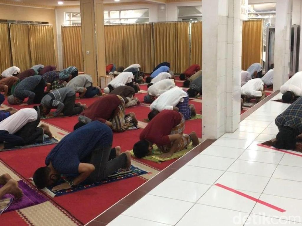 Salat Jumat di Masjid Nurul Islam Jakut 2 Gelombang, Tak Pakai Ganjil Genap