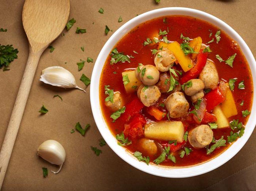 Resep Sup Merah Sosis Sayuran yang Enak dan Komplet