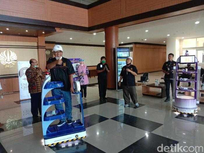 Unesa Luncurkan Robot KECE, Minimalisir Kontak Nakes Dengan Pasien Corona