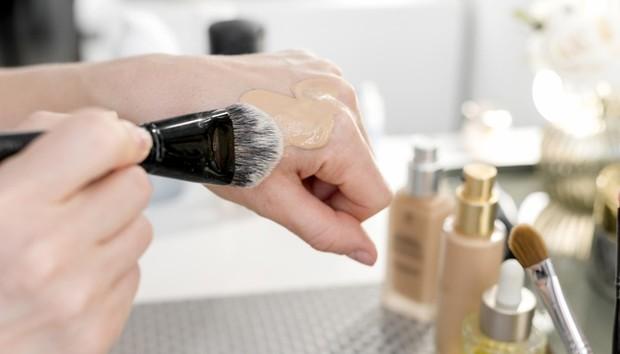 Ilustrasi Wanita Sedang Menggunakan Makeup