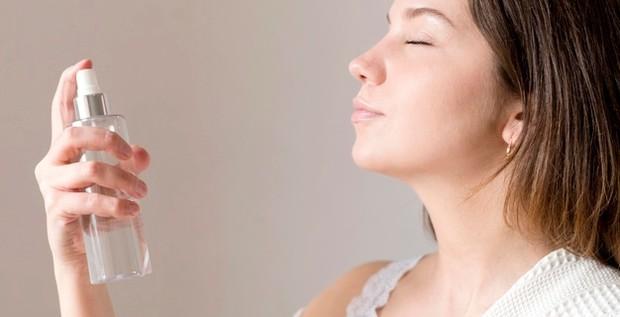 Facial spray memiliki fungsi untuk menyegarkan kulit yang kering di hari yang panas setelah beraktivitas di luar ruangan.