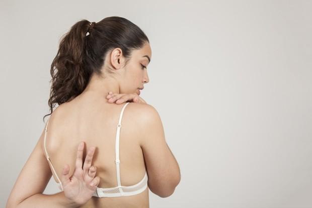 Punggung akan terasa nyeri jika kamu bertaktivitas tanpa memakai bra dalam waktu yang lama.